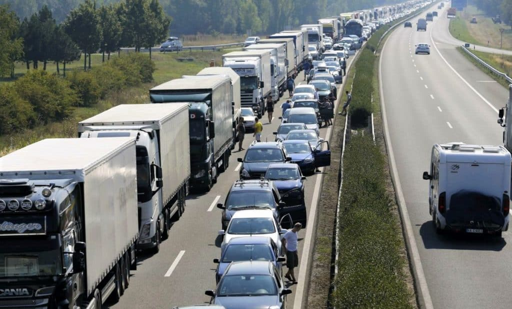 This image has an empty alt attribute; its file name is trucks_traffic_jam-1-1024x617.jpeg